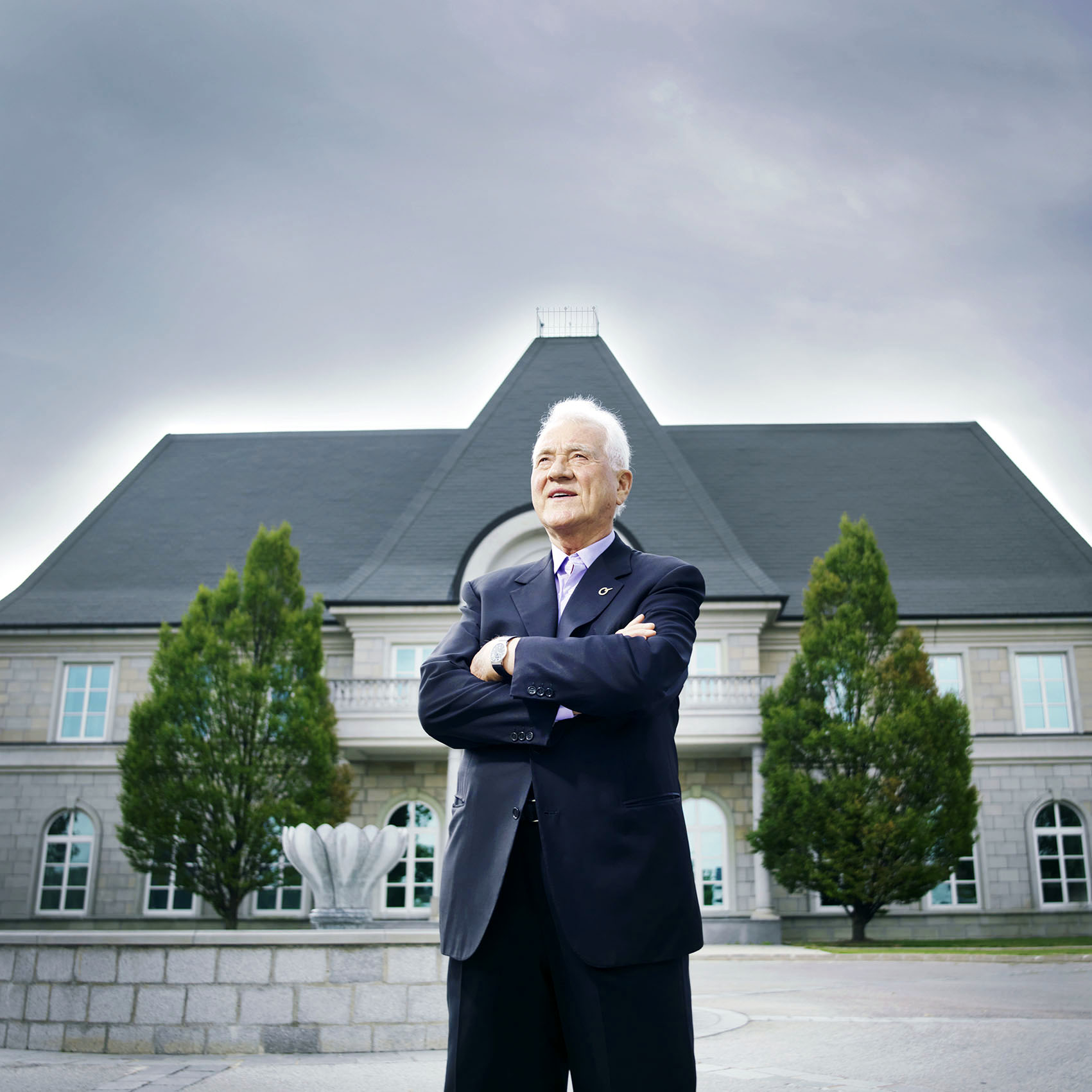 "Frank Stronach in front of ""MAGNA International Europe AG"", Magna Straße 1, 2522 Oberwaltersdorf"