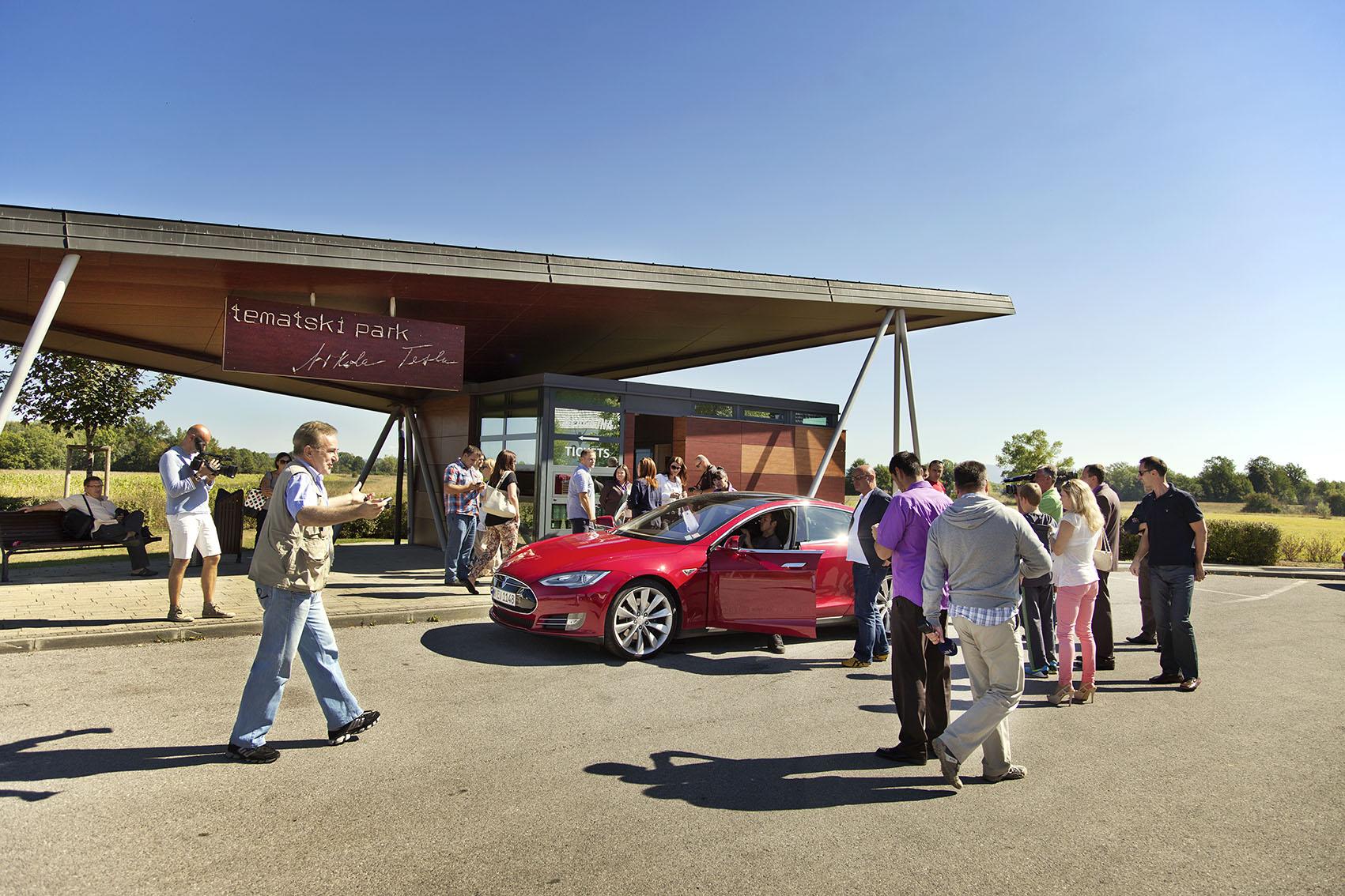 """Kroatien; Tesla; Smiljan, Geburtsort von Nikola Tesla, die Luxus limousine """"Tesla"""" vor dem Eingang zur Nikola Tesla Gedenkstätte"""