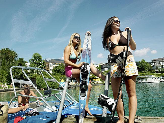 """Austria; Carinthia; Wörthersee, Mädchen auf dem Weg zum  Wasserschifahren beim """"Strandclub"""", an der Seepromenade in Velden  ©  Reiner Riedler"""